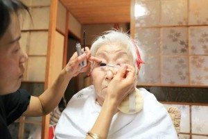 メイク中のおばあちゃん
